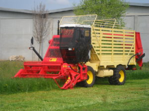 Harvester-loader for harvesting green forage for feeding livestock Fitted with a 100 HP engine and a working width of 2.25 m