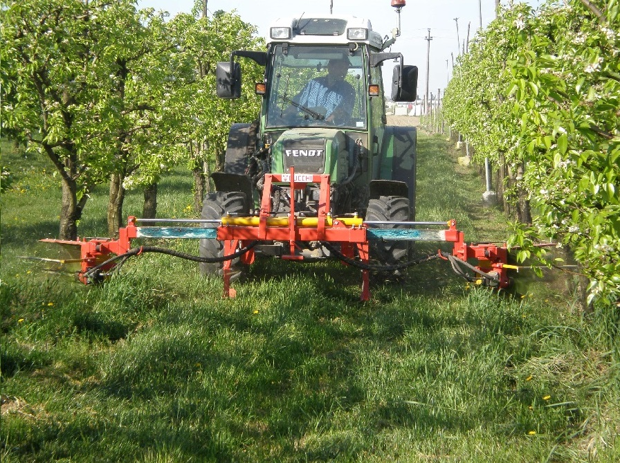 SHOOT AND WEED REMOVER WITH BILATERAL WHIPS for vineyards and orchards - with or without a separate hydraulic control unit